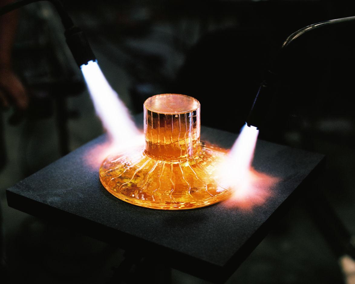 Reijmyre glasbruk i Östergötland producerar både historiska och nyformgivna glasprodukter för Svenskt Tenn.